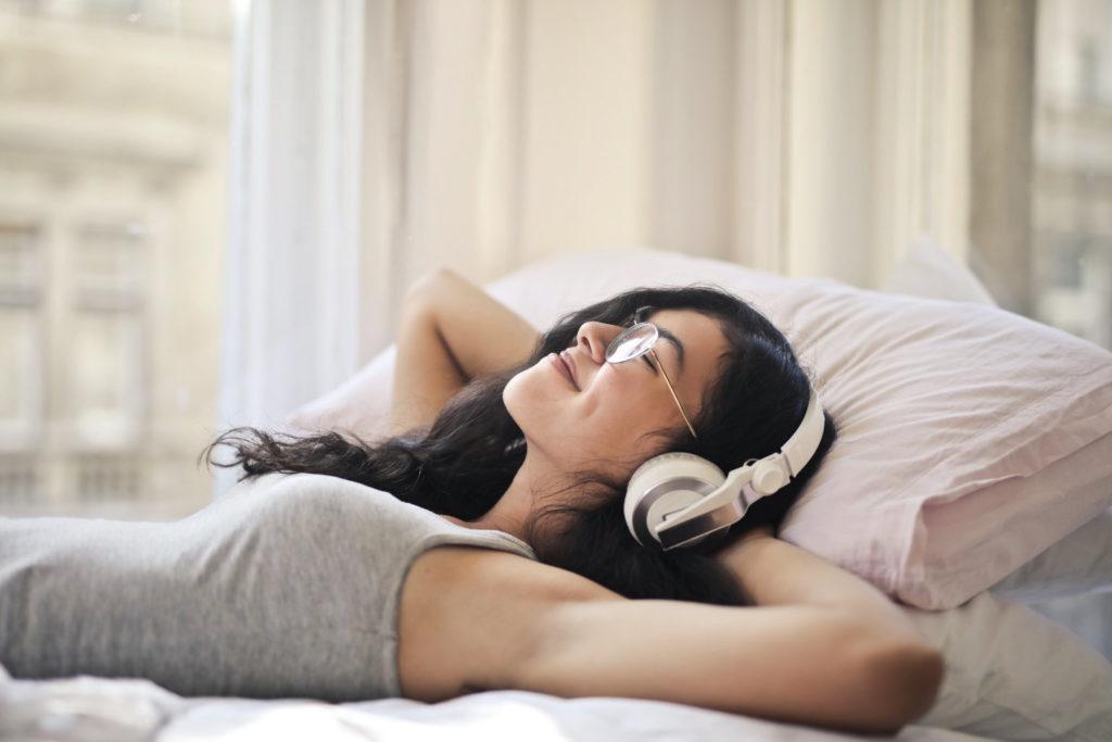 Zadowolona kobieta w słuchawkach
