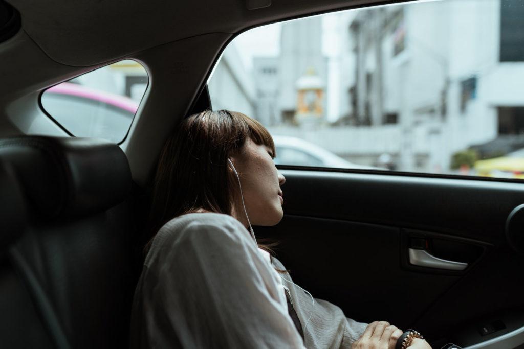 Kobieta w słuchawkach w samochodzie